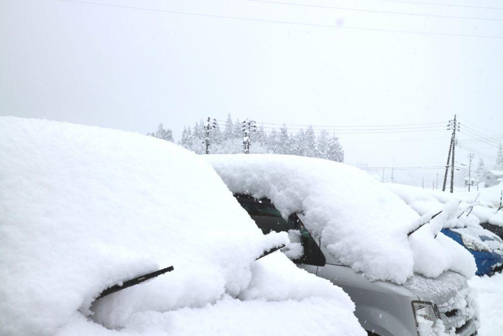 車の上の雪はおろそう