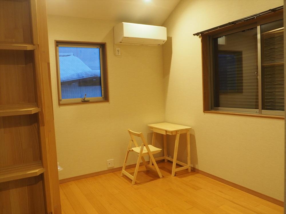 ロフトが広くて、温かみのある色合いの部屋202号室を紹介
